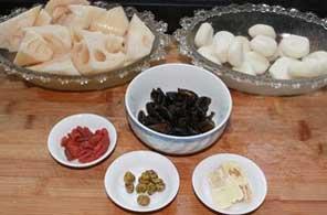 将食材切好改刀,排骨放入砂锅中煲至30分钟。