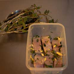 用石斛汁腌制鱼块