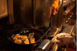用橄榄油将鱼片煎熟
